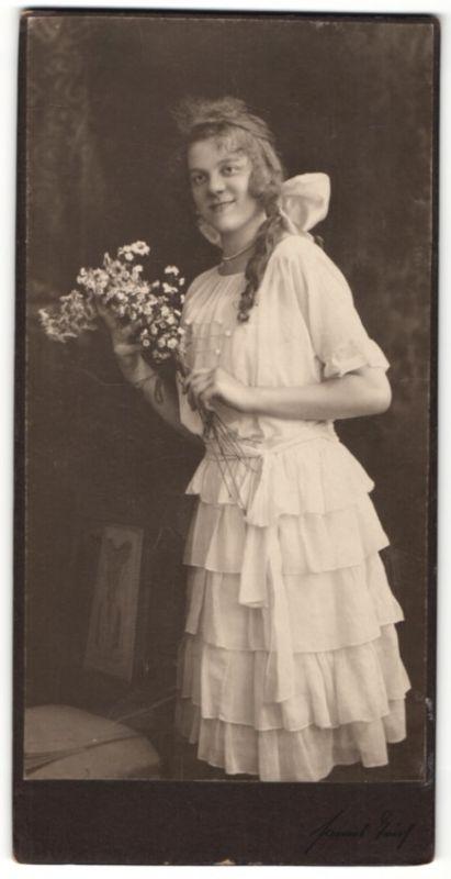 Fotografie Hanns Teich, Berlin, hübsches Mädchen mit Zopf trägt ...