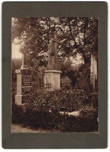 Fotografie Post Mortem, Friedhof, Grabstätte von Tierarzt August Lindebaum 1883-1910