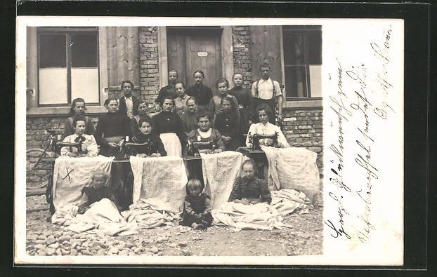 Foto-AK Frauen und Kinder mit Nähmaschinen vor einem Haus