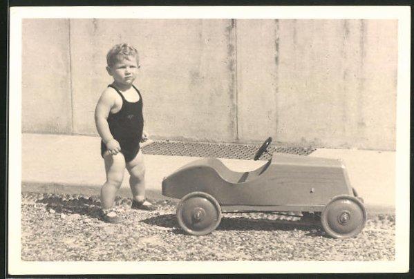 Foto-AK Kleinkind mit Spielzeugauto