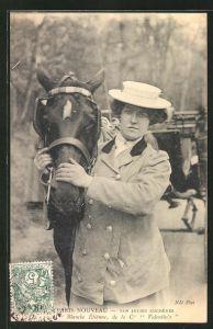 AK Paris Nouveau, Nos Jolies Cochères, Kutscherin Mme. Blanche Étienne streichelt ihr Pferd