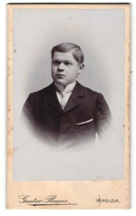 Fotografie Gustav Bauer, Apolda, Portrait halbwüchsiger Knabe in feierlicher Garderobe