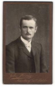 Fotografie Joh. König, Naumburg a/d S., Portrait Herr in Anzug