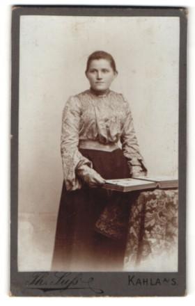 Fotografie Th. Suss, Kahla a/S, Portrait junge Frau in zeitgenöss. Garderobe