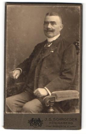 Fotografie J. S. Schroeder, Königsberg, Portrait betagter Herr mit Schnauzbart