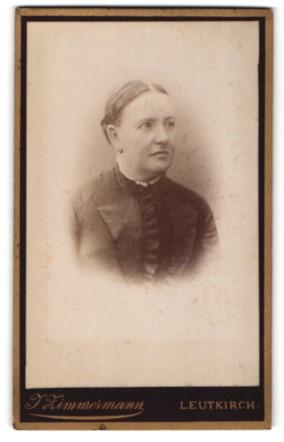 Fotografie J. Zimmermann, Leutkirch, Portrait Frau mit zusammengebundenem Haar