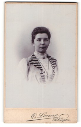Fotografie O. Lorenz, Solingen, Portrait Frau mit zusammengebundenem Haar