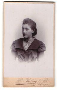 Fotografie R. Heiling & Co., Solingen, Portrait junge Frau mit zusammengebundenem Haar