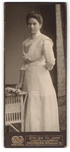 Fotografie Th. Joop, Bromberg, Portrait junge Dame in elegantem Kleid