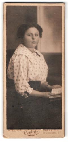 Fotografie Atelier Central, Halle a/S, Portrait junge Frau mit zusammengebundenem Haar