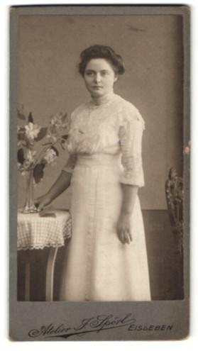 Fotografie J. Spörl, Eisleben, Portrait junge Dame mit Hochsteckfrisur