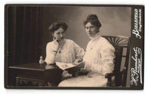 Fotografie H. Ramhorst, Bielefeld, Portrait zwei bürgerliche junge Damen