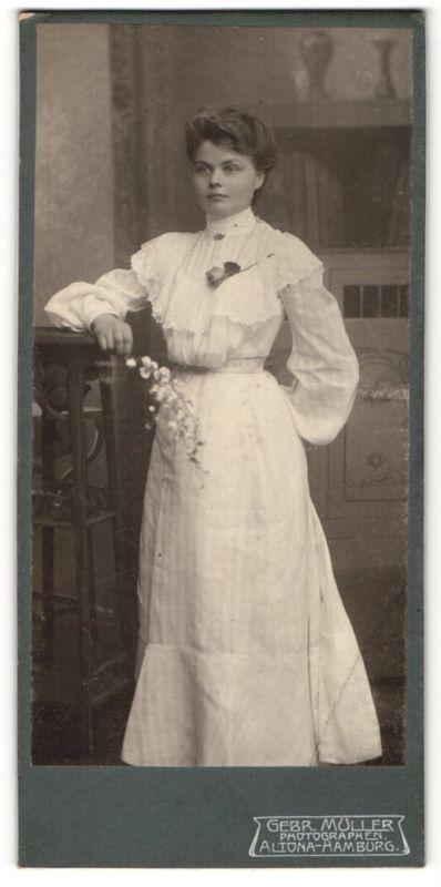 Fotografie Gebr. Müller, Hamburg-Altona, Portrait junge Dame in weissem Kleid