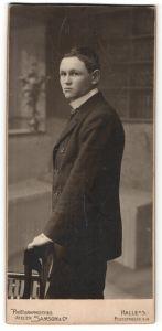 Fotografie Samson & Co, Halle / Saale, junger dunkelhaariger Mann im schwarzen Jackett