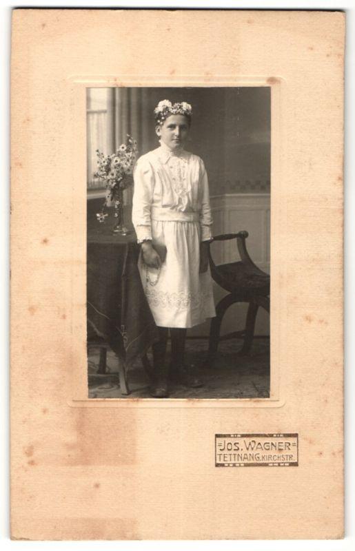 Fotografie Jos. Wagner, Tettnang, schönes Mädchen im weissen Kleid mit Perlenkette und Blumen zur Konfirmation