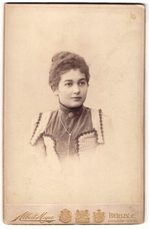 Fotografie Albert Meyer, Berlin, Portrait brünette junge Schönheit mit Brosche in eleganter bestickter Bluse