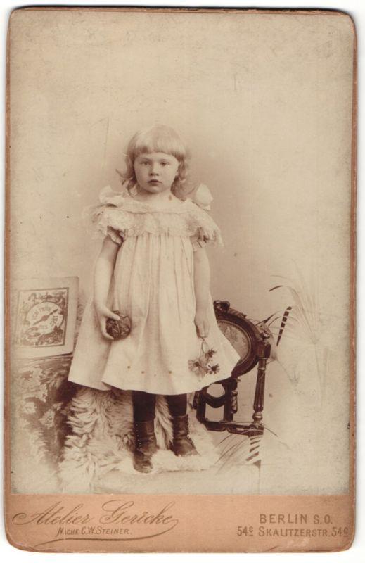 Fotografie Atelier Gericke, Berlin, Portrait süsses blondes Mädchen mit Ball und Bluem in den Händen