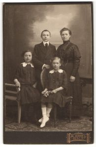 Fotografie M. Appel, Berlin, Portrait Mutter mit drei Kindern