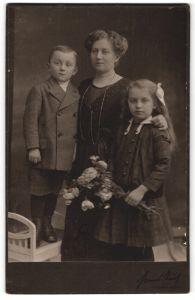Fotografie Hanns Teich, Berlin-N, Portrait Mutter mit zwei Kindern