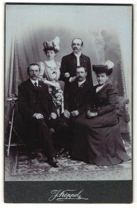 Fotografie J. Köppel, Prag, Portrait Familie in eleganter Garderobe