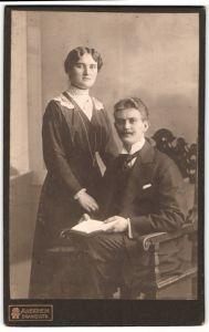 Fotografie A. Wertheim, Berlin, Portrait junges bürgerliches Paar