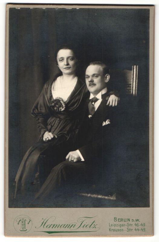 Fotografie Hermann Tietz, Berlin, charmantes junges Paar mit freundlichem Blick in eleganter Kleidung