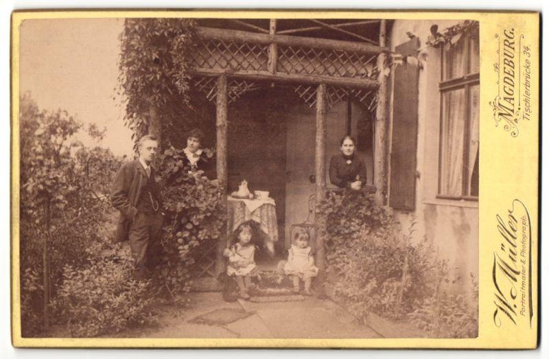 Fotografie W. Müller, Magdenburg, schönes Familienportrait mit kleinen Kinder auf der Veranda