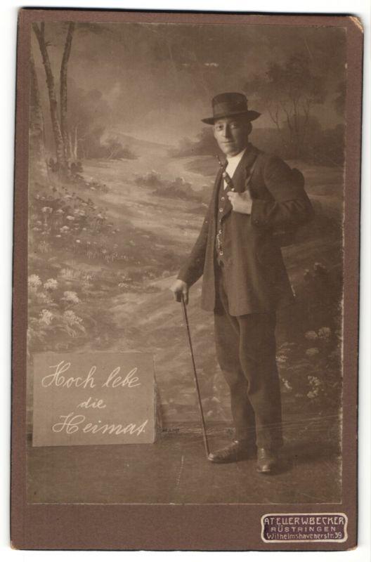 Fotografie W. Becker, Rüstringen, charmant lächelnder Herr mit Hut, Pfeife und Rucksack