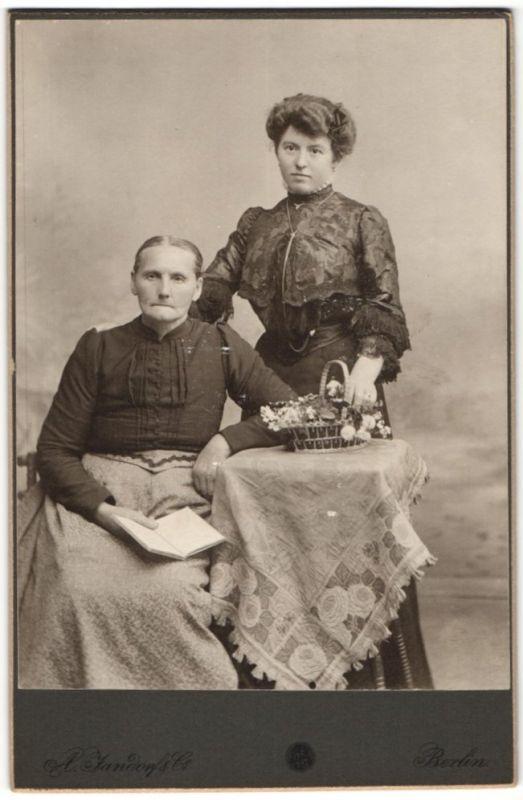 Fotografie A. Jandorf & Co, Berlin, charmante ältere Dame mit Buch & schönes Fräulein mit Halskette und Blumenkorb