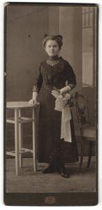 Fotografie Atelier Columbus, Berlin-Charlottenburg, lächelndes Fräulein mit Haarschleife und Blumenstrauss