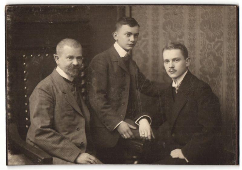 Fotografie Fotograf & Ort unbekannt, charmanter Herr mit Vollbart & zwei hübschen junge Männern in eleganten Anzügen