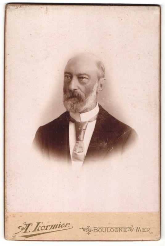 Fotografie A. Lormier, Boulogne-sur-Mer, Portrait charmanter betagter Herr mit Halbglatze und Vollbart