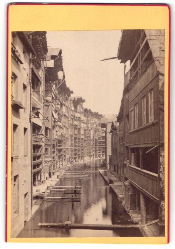 Fotografie F. Baudinet, Metz, Ansicht Metz, Gebäude am Kanalufer, Stege für Waschfrauen