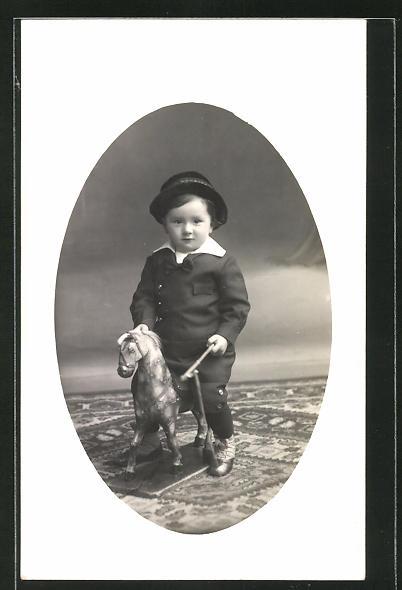 Foto-AK Kleinkind auf Spielzeugpferd