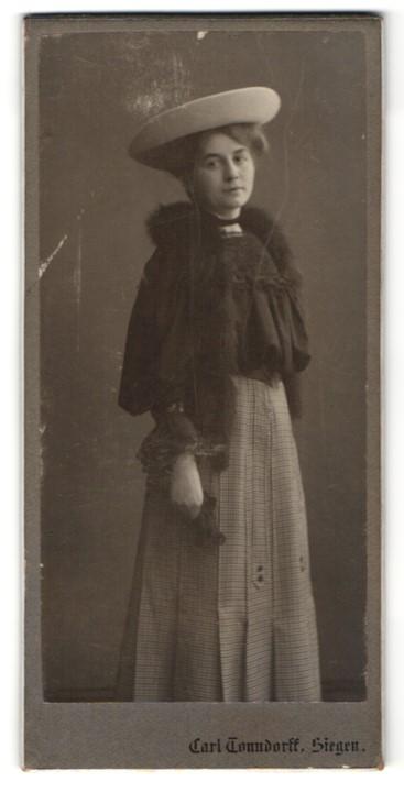 Fotografie C. Tonndorf, Siegen, Portrait junge Dame mit Pelzschal und Hut