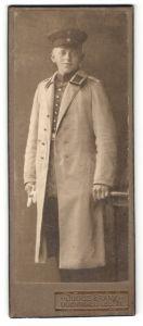Fotografie Julius Frank, Lilienthal & Lesum, Portrait junger Soldat mit Uniformmantel