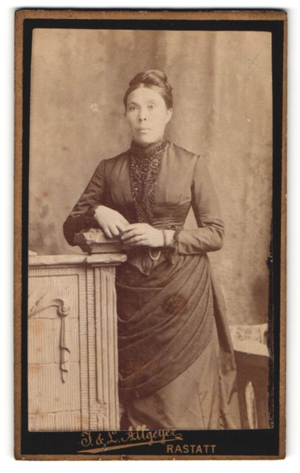 Fotografie J. & L. Allgeyer, Rastatt, Portrait Frau in zeitgenöss. Garderobe