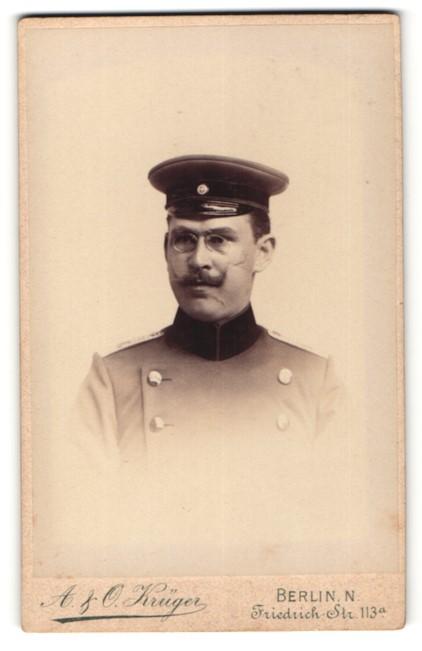 Fotografie A. & O. Krüger, Berlin, Portrait Leutnant in Uniform mit Schmissen