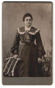 Fotografie unbekannter Fotograf und Ort, Portrait Frau in zeitgenöss. Mode