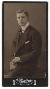 Fotografie Fr. Hasselmeier, Hamburg, Portrait junger Herr in Anzug