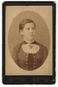 Fotografie W. Langmann, Saaz, Portrait junge Frau mit zusammengebundenem Haar