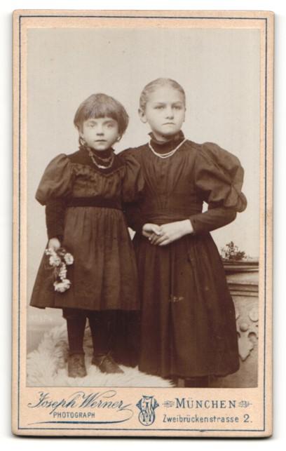 Fotografie Joseph Werner, München, Portrait Mädchen und kleine Schwester