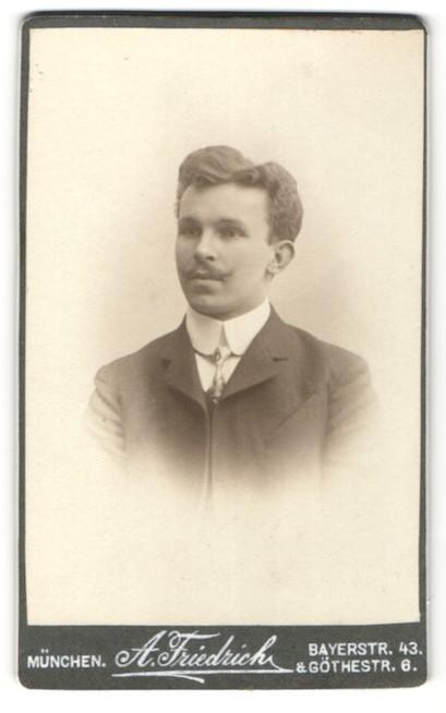 Fotografie A. Friedrich, München, Portrait Herr mit zeitgenöss. Frisur