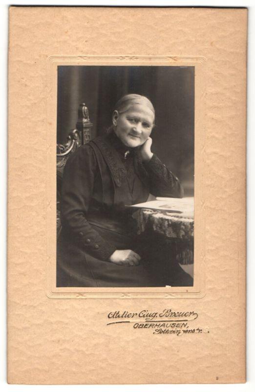Fotografie Aug. Breuer, Oberhausen, Portrait Greisin in schwarzem Kleid, Witwe