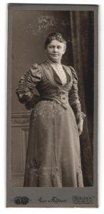 Fotografie Max Steffens, Berlin-N, Portrait Frau in festlichem Kleid