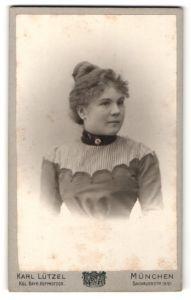 Fotografie Karl Lützel, München, Portrait charmantes Fräulein mit Dutt und Brosche