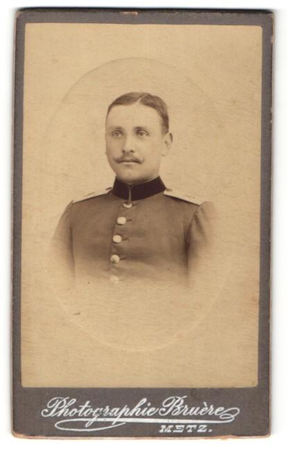 Fotografie Buere, Metz, Portrait junger lächelnder Soldat mit Scheitel und Schnurrbart in Uniform