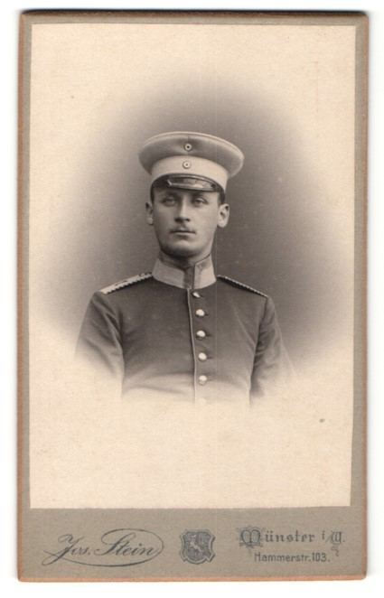 Fotografie Jos. Stein, Münster i. W., Portrait hübscher Soldat mit Schirmmütze in eleganter Uniform