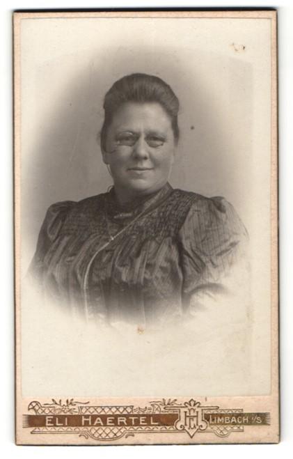 Fotografie Eli Haertel, Limbach i. S., Portrait charmant blickende Dame mit Zwicker in Rüschenbluse