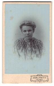 Fotografie Jak. Fritz, Kusel, Portrait blondes Fräulein in prachtvoll gerüschter Bluse